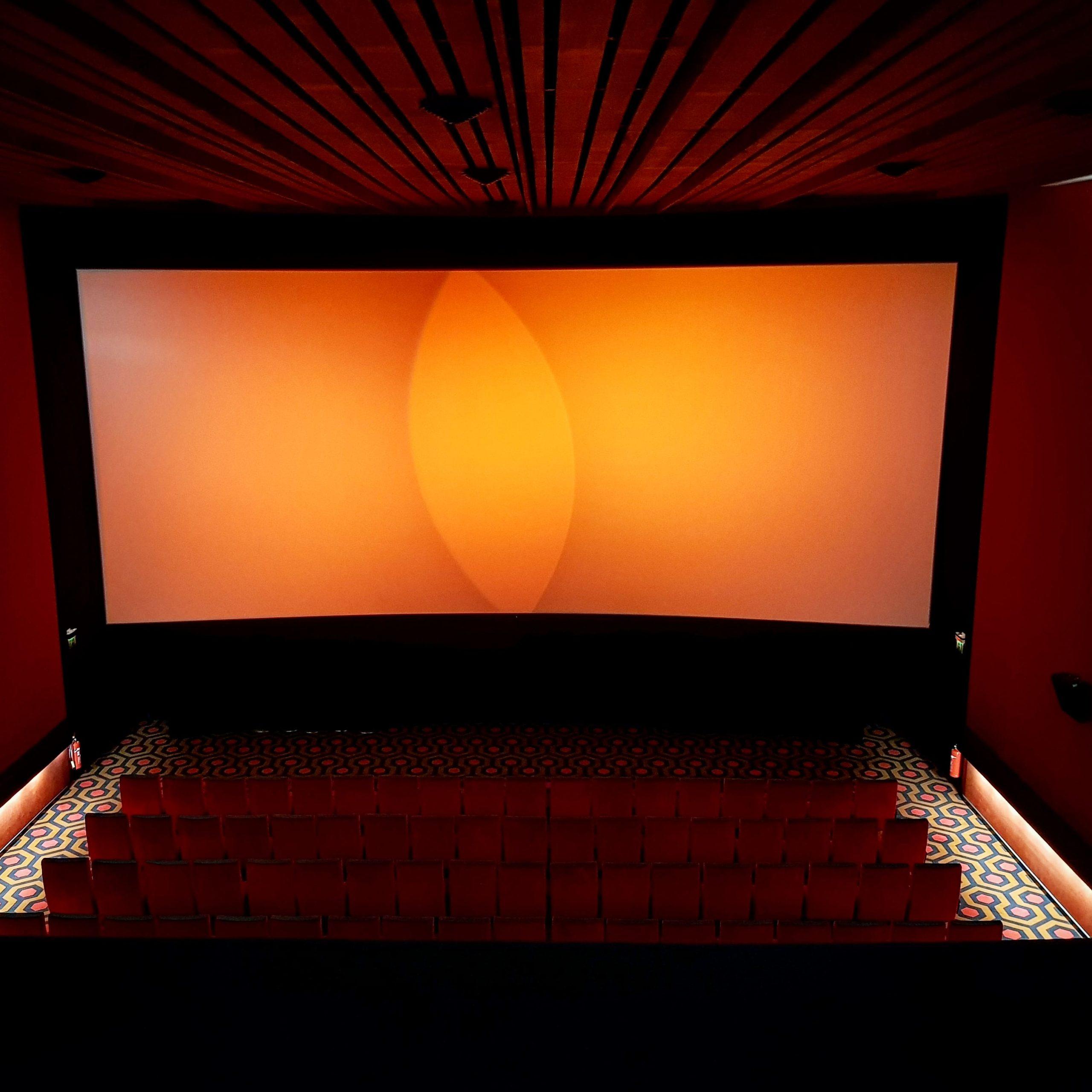 Der Schweizerische Kino-Verband schlägt Alarm nach der plötzlichen Ankündigung der Schliessung der Kinos in den Kantonen Wallis und Bern! – J:MAG